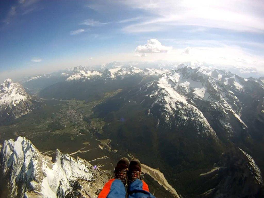 In volo in parapendio sopra Cortina d'Ampezzo