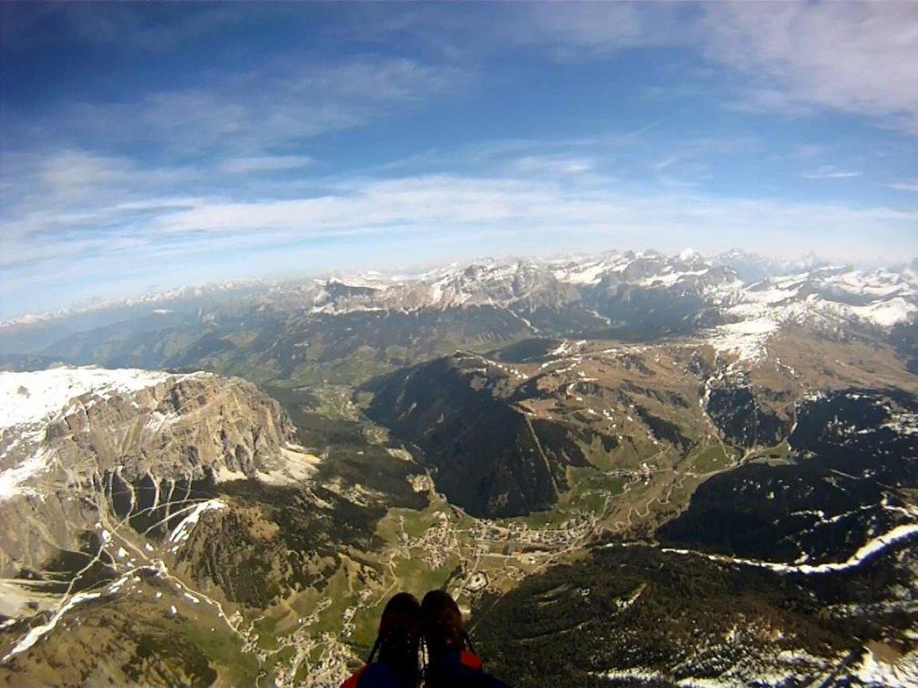 In volo in parapendio sopra Corvara in val Badia