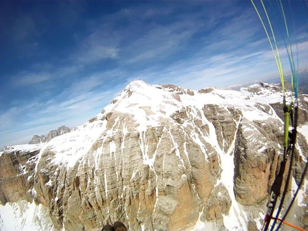 In volo in parapendio sopra il passo Pordoi in val di Fassa e Piz Boè