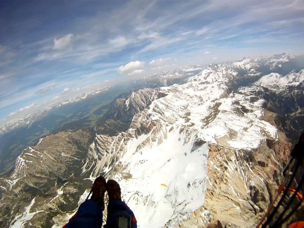 In volo in parapendio sopra la val Badia