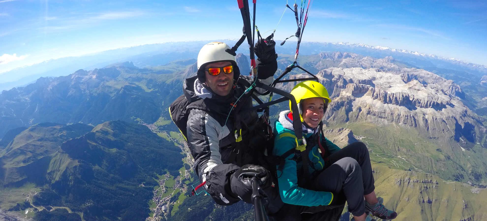 In parapendio biposto a 3700 metri di altezza sopra la Val di Fassa