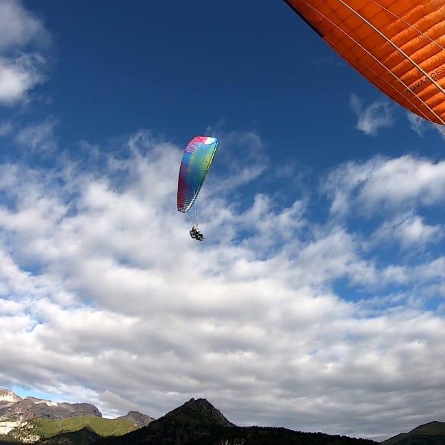 Volo in parapendio biposto all'alba in val di Fassa